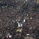 Iranere hylder Qassem Soleimani, der er blevet bragt tilbage til Iran. Han blev fredag dræbt i et amerikansk droneangreb i den irakiske hovedstad, Bagdad. Iran-analytiker Misha Zand mener, at drabet kan ende med at bringe iranerne tættere sammen.