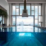 Den »svævende« pool er indrammet af glas, både i bunden og på siderne.