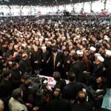 Weekenden over har begravelsesoptog for den dræbte general Qassem Soleimani samlet massive folkemængder i Iran. Her beder Irans ayatollah Ali Khameini foran kisten.