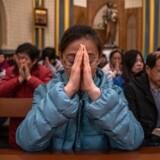 Julegudstjeneste i katolsk kirke i Beijing. Kinesiske kristne oplever for øjeblikket stigende pres fra myndighedernes side – bl.a. i form af trusler om at miste job, bolig eller bankkonto.