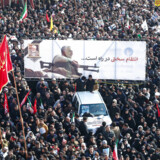 Tusindvis deltog i en ceremoni ved den iranske general Qassem Soleimanis kiste og den irakiske paramilitære kommandør, Abu Mahdi al-Muhandis. Begge blev dræbt under et amerikansk droneangreb ved lufthavnen i Bagdad 6. januar 2020.