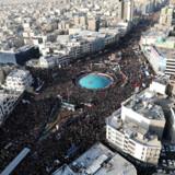 Mandag gik en enorm folkemængde på gaden i Irans hovedstad, Teheran, for at deltage i et sørgeoptog for den dræbte general Qassem Soleimani.