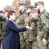 Den tyske forsvarsminister Annegret Kramp-Karrenbauer hilser her på det tyske militær tilbage i oktober (Arkivfoto). - Foto: Michael Dalder/Reuters