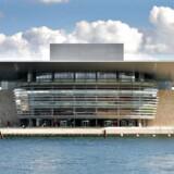 Den triste blokering af udsigten bag det seriøst kiksede kølergitter er en helt basal fejl ved Operaen i København. Det er på tide at give bygningen en facade, byen kan være bekendt.