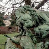 I en grøn ø på Jarmers Plads ligger en ruin til minde om en sørgelig historisk begivenhed. Som for at løfte stemningen er der - på foranledning af Brygger Carl Jacobsen - opstillet en kopi af en skulptur af den franske 1800-talsbilledhugger, Auguste-Nicolas Cain, forstillende en løve og en løvinde i kamp om et vildsvin. Originalen befinder sig på Musée d'Orsay i Paris.