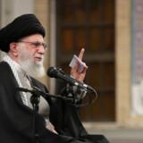 Irans religiøse leder, ayatollah Ali Khamenei, har proklameret, at missilangrebet på amerikanske baser i Irak er et »slag i ansigtet« på USA.