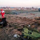 Iranske redningsarbejdere leder efter ofre fra det nedstyrtede ukrainske Boeing 737-800-fly. Flyet styrtede ned tidligt onsdag, minutter efter at det var lettet fra lufthavnen i Teheran.