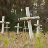 Hvide metalkors markerer nogle af de over 50 ukendt grave som en undersøgelse afslørede i 2012 på grunden, hvor den nu nedlagte Arthur G. Dozier School for Boys lå.