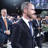 Kristian Jensen betragter Jakob Ellemann-Jensen efter valget til formand ved Venstres extraordinære landsmøde om valg af ny formand og næstformand i Herning Kongrescenter, lørdag 21. september 2019.