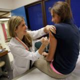 Tilslutningen til vaccinen faldt efter en kritisk TV 2-dokumentar, der blev sendt i 2015, hvor der blev anført en mulig sammenhæng mellem HPV-vaccinen og alvorlige bivirkninger. Arkivfoto: Joe Raedle/AFP/Ritzau Scanpix