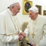 Pave Frans sammen med sin forgænger, pave Benedikt XVI.
