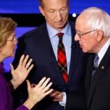 Senator Elizabeth Warren og senator Bernie Sanders er dybt uenige om, hvad der egentlig blev sagt under et møde, de havde i hendes lejlighed i december 2018. I baggrunden aktivisten og milliardæren Tom Steyer.