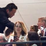 Skuespilleren Vince Vaughn siger goddag til Melania Trump og præsident Donald J. Trump under en fodboldkamp i New Orleans. Det korte møde har vakt internettets vrede.