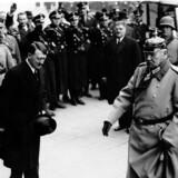 Arkivfoto. Tysklands Rigskansler, Adolf Hitler, hilser på rigspræsident Paul von Hindenburg ved ankomsten til statsoperaen i Berlin i forbindelse med en mindedag for faldne under 1. Verdenskrig. Året er 1934.