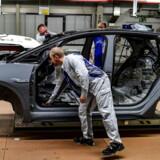 En bilarbejder arbejder på at samle en udgave af Volkswagens nye elbil, ID.3. De første eksemplarer er netop kommet til Danmark, men de første kunder vil først kunne få bilen i løbet af sommeren.