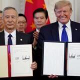 Præsident Trump har grund til at smile bredt. Handelsaftalen med Kina, der blev underskrevet sammen med Kinas vicepremierminister Liu He, er en sejr for Trumps forhandlingsstrategi med brug af straftold til at opnå indrømmelser.