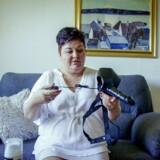 Cougarjagt på DR handler om blandt andre Tina på 47 år, der helst vil være sammen med yngre veltrænede mænd. På billedet: Tina tester en strap-on-dildo.