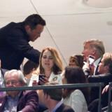 Ugens mest omtalte håndtryk: Den amerikanske skuespiller Vince Vaughn hilser på Donald Trump og fru Melania på et fodboldstadion. Og så går Twitter amok og kræver Vince Vaughn cancelled.
