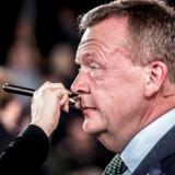 Tidligere statsminister og venstreformand Lars Løkke Rasmussen opholder sig nu kun sjældent foran TV-kameraerne på Christiansborg. Han kalder sig selv en politisk »has-been« og har nu travlt med at optræde mange andre steder, for eksempel i en ny podcast med Anders Lund Madsen.
