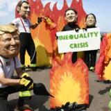 »Oxfam Ibis er meget optaget af ulighed og fordeling, som man må forstå er roden til alt ondt her i verden. Og hvert år udviser Oxfam Ibis stor kreativitet i udvælgelse af tal til at fremmane et billede af en stadigt stigende ulighed. Det er bare ikke korrekt, for at sige det mildt,« skriver Niels Westy. På billedet Oxfam-aktivister ved G7-topmøde i Biarritz, Frankrig, 23. august 2019.