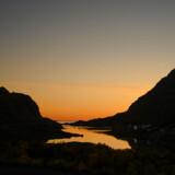 »Voksne mennesker« fortæller fermt, uprætentiøst og også sjovt om såvel det moderne skandinaviske menneskes situation som om almenmenneskelige behov og følelser, især de grimme. Her ses Tangstad Fjord