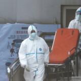 Ambulancefolk ses her på Jinyintan-hospitalet i Wuhan i det centrale Kina, hvor flere patienter er indlagt.