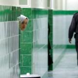 På dette billede fra 2006 kigger en kvindelig indsat ud fra sin celle i det berygtede Evin-fængsel nord for Teheran. En australsk-britisk professor sidder lige nu i samme fængsel i den højsikrede afdeling, hvor isolationscellerne også er.