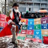 Flere end 3.000 medlemmer af den økonomiske og politiske top har indledt det årlige topmøde i Davos. Mens aktivister gør, hvad de kan for at minde toplederne om, at der er brug for fokus på FNs bæredygtighedsmål (foto), diskuterer toplederne, hvordan de kan skabe en mere ansvarlig kapitalisme. Et af målene er virksomheders og lederes resultater inden for klima og andre bæredygtighedsparametre. Men det er lettere sagt end gjort, viser ny undersøgelse fra FSR - danske revisorer.