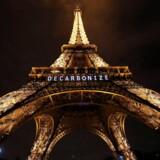 Eiffeltårnet blev under klimatopmødet i Paris i 2015 oplyst med ordet »Decarbonize« – en opfordring til at mindske verdens afhængighed af fossile brændstoffer for at undgå katastrofale klimaforandringer. Den Europæiske Investeringsbank, der hører under EU, skal bruge mindst halvdelen af sin finansiering til investeringer i grøn omstilling.