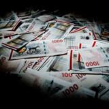 En lang række danskere skal nu betale for at have deres penge stående i banken. Det får nogle til at overveje alternative muligheder såsom at hæve deres opsparing kontant.