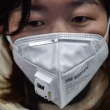 Ansigtsmasker bliver hamstret i disse dage på apotekerne i Kina. Her er en kvinde i metroen i Shanghai.