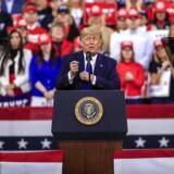»Præsidentvalget i 2020 er for Donald Trump en nøjagtig kopi af valget i 2016. Trump skal igen regne med at tabe, når man ser fordelingen af det samlede antal afgivne stemmer, men håbe, at han kan vinde i de afgørende nøglestater,« skriver Mads Fuglede.