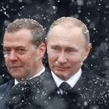 Dmitrij Medvedev (bagerst) opløste sin regering 15. januar.