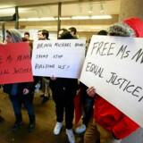 De foregav at være Huawei-chefens støtter i en til to timer foran retsbygningen i Vancouver. Men da journalisterne begyndte at interessere sig for dem, gemte demonstranterne deres ansigter.