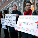 I årevis har diskussioner om homoseksualitet fyldt meget i den engelske kirke, Church of England. Selv om det for længst er blevet lovligt for homoseksuelle at gifte sig i Storbritannien, kan de ikke blive viet i den engelske statslige kirke. Dette kan være en af årsagerne til, at tilslutningen til kirken skrumper.