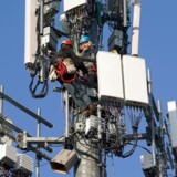 5G-teknologien, som her er ved at blive installeret i en mobilmast i USA, vil give lynhurtig dataoverførsel, når de nødvendige radiofrekvenser til mobiltelefoni bliver frigivet til køb. Men det behøver ikke at være teleselskaberne, der køber det hele, mener staten, som lægger op til, at også virksomheder og det offentlige selv kan være med og bruge frekvenserne til at lave helt lokale, lynhurtige netværk i stedet for for eksempel at bruge trådløse net.