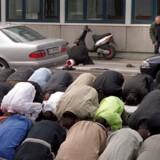 Endnu en moské har modtaget en donation fra Saudi-Arabien. Der er tale om Det Islamiske Forbund i Danmark. Her ses tilhørere foran moskeen ved en fredagsbøn i 2001.