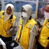 Personale overvåger en varmescanner i Dominique Edward Osok-lufthavnen i Sorong i Indonesien.