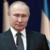 »Putin tror åbenbart, at der vil være stemning for at hænge Polen ud for historiske forbrydelser. Det skal han ikke få lov til at slippe godt fra,« skriver tidl. udenrigsminister Uffe Ellemann-Jensen.