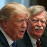 Donald Trumps tidligere toprådgiver John Bolton (th.) kan vende op og ned på den igangværende rigsretssag mod præsidenten. Akivfoto: Mark Wilson/AFP/Ritzau Scanpix
