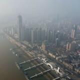 Der er 18 danskere i den virusramte Hubei-provins i Kina, og af dem har syv ønsket at blive evakueret. På fotoet ses Wuhan i Kina, hvor der bor 11 millioner mennesker.