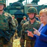 Forbundskansler Angela Merkel er i færd med sit sidste år som kansler. Kansleren har stået i spidsen for et politisk kursskifte, så Tyskland igen skal blive i stand til at forsvare sig selv. Foreløbig er der tilsyneladende langt til målet.