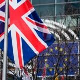 Ved midnat 31. januar bliver det britiske flag strøget ved EU-bygningerne i Bruxelles. Flere steder i Storbritannien har Brexit-tilhængere inviteret til fest for at fejre, at EU-udmeldelsen endelig bliver gennemført. Hvad der herefter skal ske, hersker der imidlertid fortsat stor usikkerhed om.