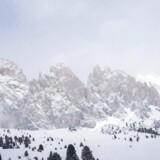 Lyden af sne findes næsten ikke – og alligevel kan man savne den, når den danske vinter er for varm. Derfor tog vi til Val Gardena-området i Dolomitterne i Norditalien.
