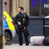 En bevæbnet politimand sikrer stedet efter, at en mand er blevet skudt af bevæbnet politi på en gade i Streatham, London. EPA/STR
