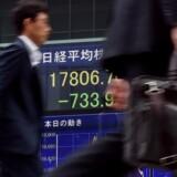 De kinesiske aktiemarkeder dykkede kraftigt, da de åbnede igen mandag efter at have været lukket i en uge.