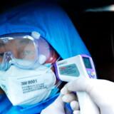 En person får sin temperatur tjekket i Qingdao, i Shandong-provinsen i Kina.