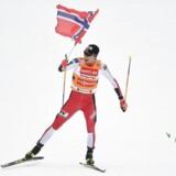 Det går hurtigt, når nordmænd får ski på fødderne. Knap så godt er det gået for den norske krone, der er faldet til det svageste niveau nogensinde.