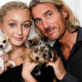 »Fars pige« følger teenagepigen Alva og hendes velhavende far, Jens. I stedet for dannelse leverer far Louis Vuitton og Prada fra inderst til yderst.