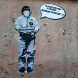 Den voksende chikane mod kinesere har fået en street art-kunstner i Rom til at reagere. »Der er en epidemi af uvidenhed ... Vi må beskytte os selv,« står der.